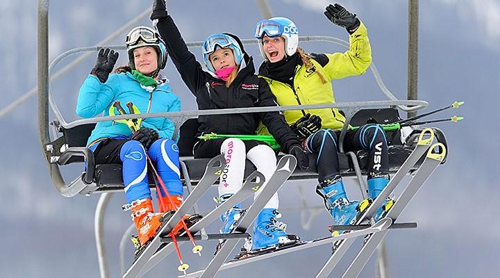 Trzy narciarki na wyciągu