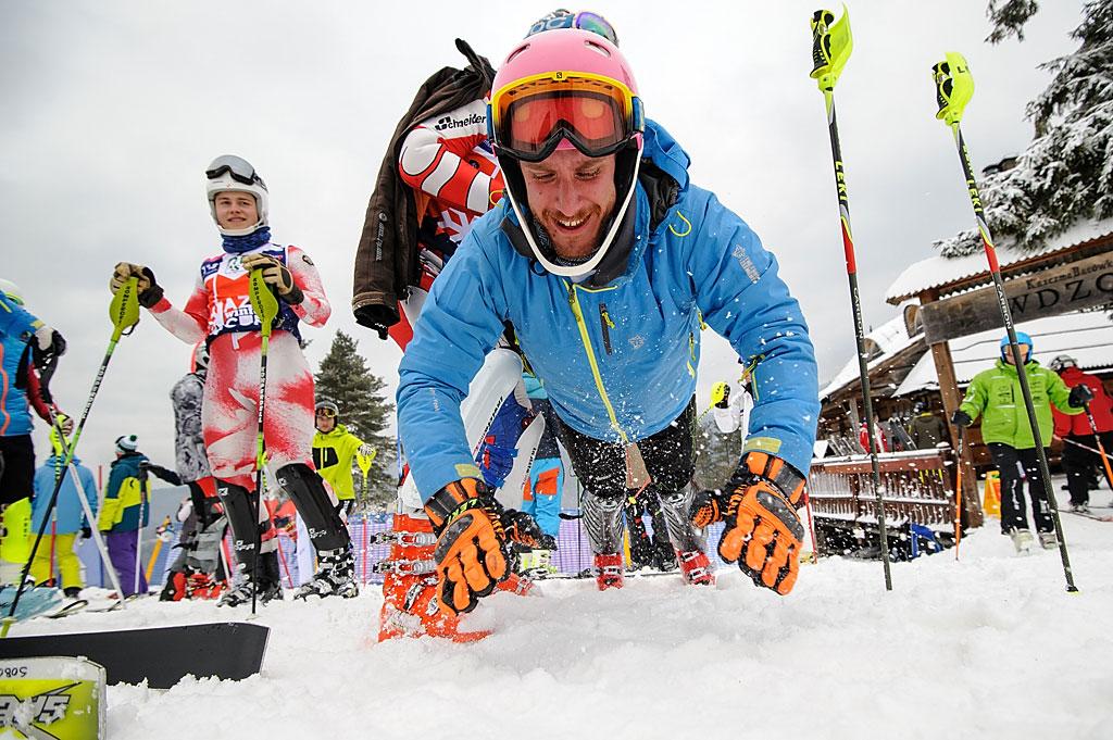 Maciej Żabski rozgrzewa się przedstartem slalomu.