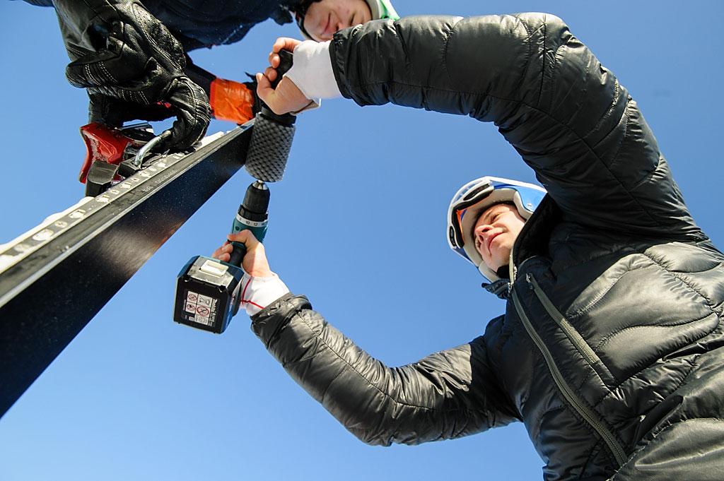 Niewielkie nachylenie Złotego Gronia zmobilizowało zawodników dosolidnego przygotowania ślizgów. Nazdjęciu Paweł Jaksina wydobywa resztki smaru zestruktury.