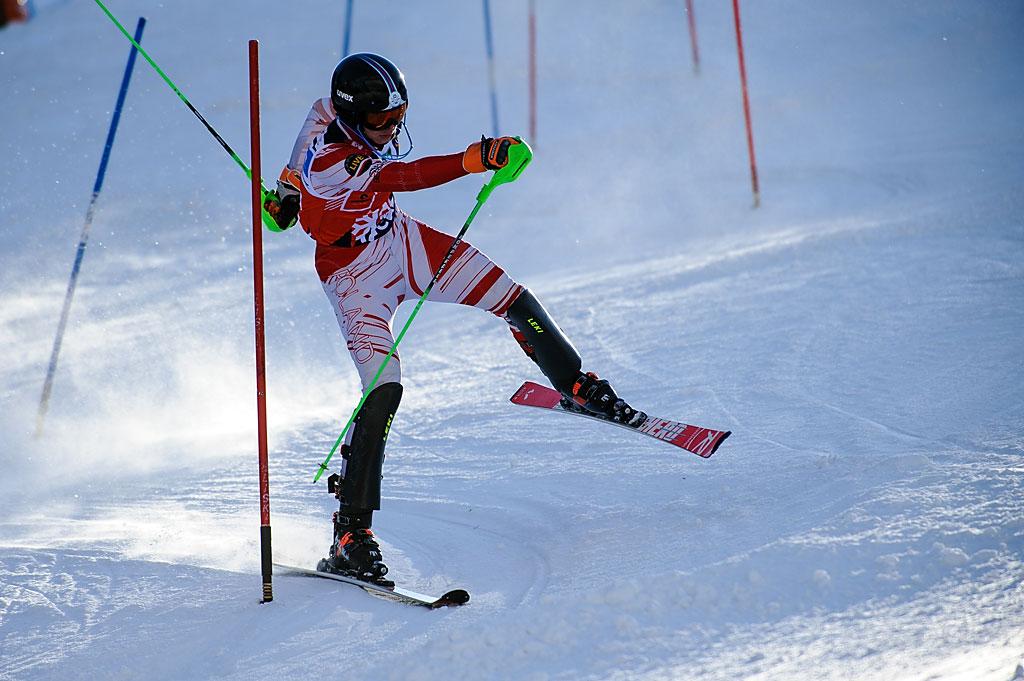 Tomasz Pająk wekwilibrystyczny sposób ratuje się przedupadkiem podczas drugiego przejazdu slalomu.