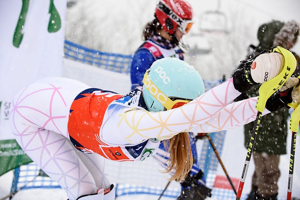 Agata Popieluch rozciąga się przedstartem slalomu