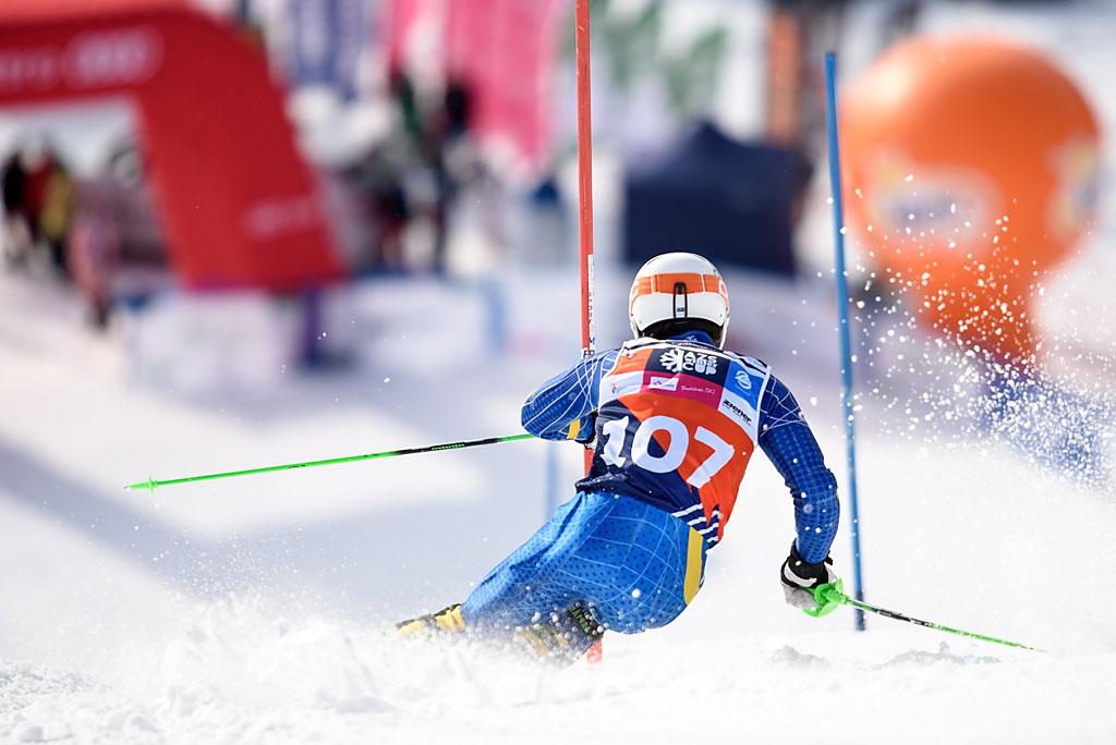Szymon Mitan poraz pierwszy oglądał drugi przejazd slalomu zpozycji widza. Wpierwszym wykonał wyjątkowo ciekawą ewolucję nastarcie - przeleciał przez dzioby nart ipoczątek slalomu przejechał naklatce piersiowej…