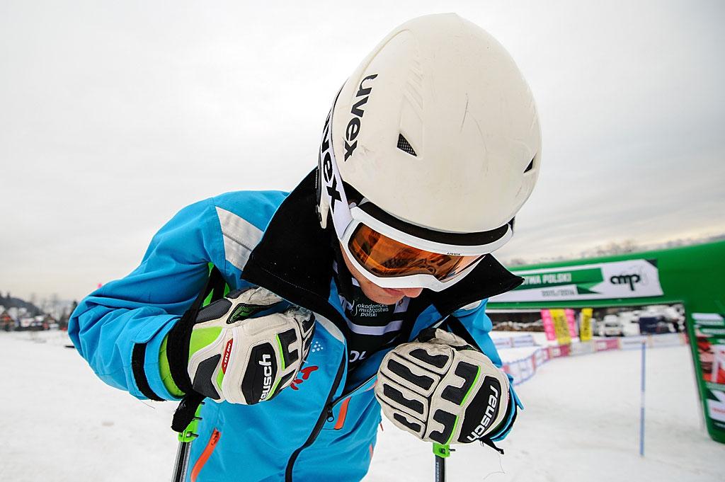 Antoni Szczepanik uczy się napamięć trasy pierwszego przejazdu slalomu. Jeszcze niewie, żeza kilkadziesiąt minut wyleci wjej początkowej części.