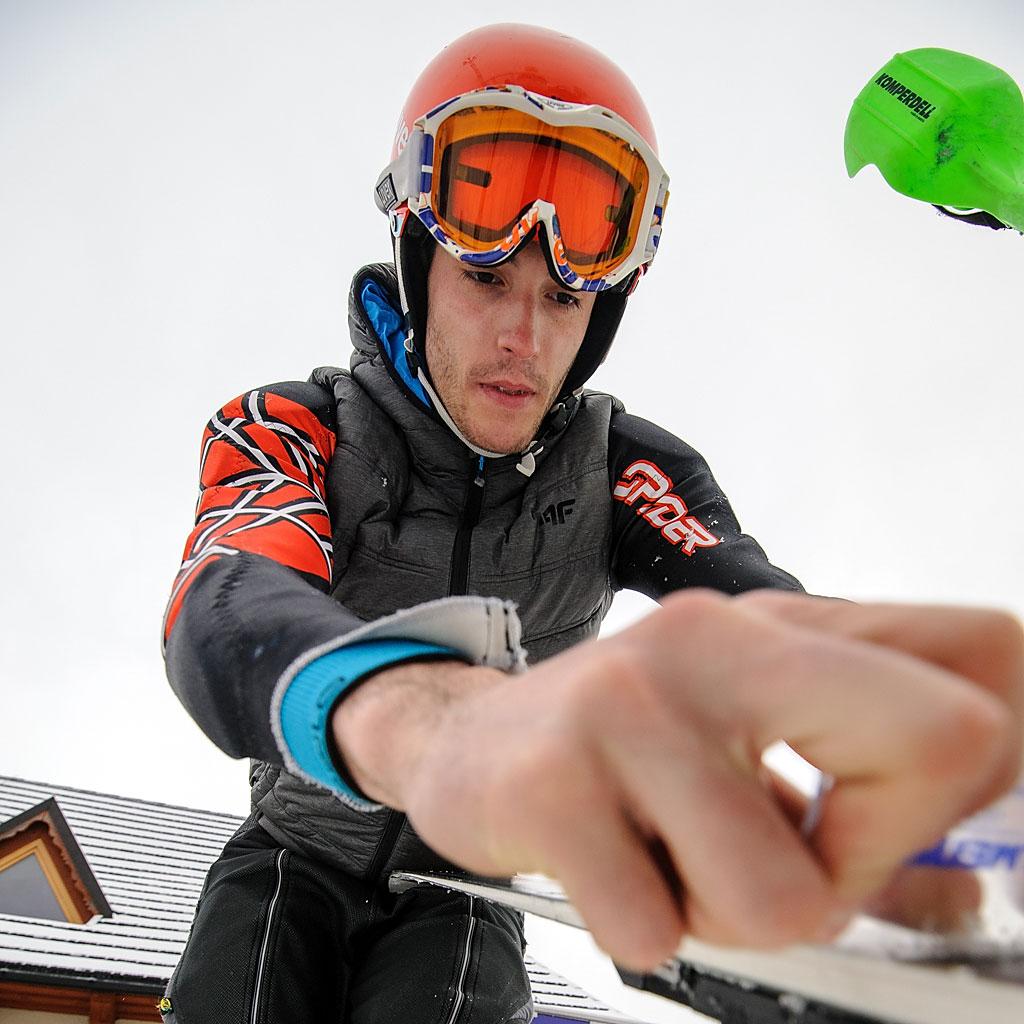 Kamil Krawczyk cyklinuje ślizgi swoich nart przedpierwszym przejazdem finałowego slalomu.