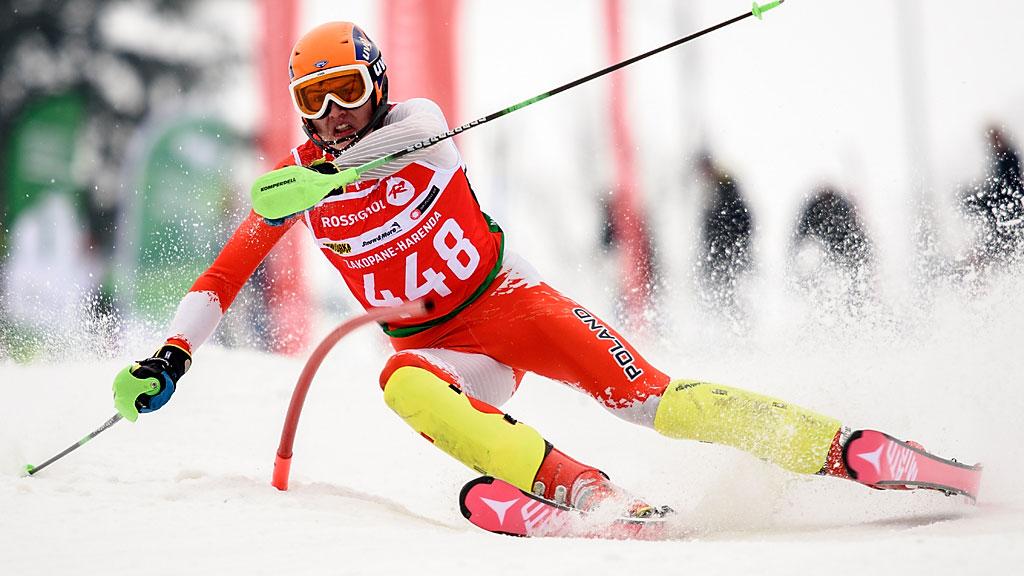 Sylwester Latusek sprężał się jak wukropie, alena niewiele się tozdało. Zawodnik musiał zmagać się zdziurami natrasie, ponieważ został przesunięty o15 miejsc naliście startowej zanieregulaminowe oglądanie slalomu.