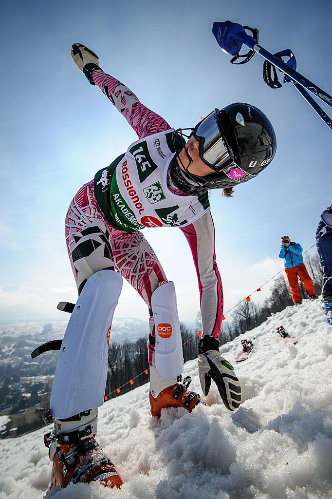 Wiktoria Gibiec rozgrzewa się naszczycie Harendy przeddrugim przejazdem slalomu.
