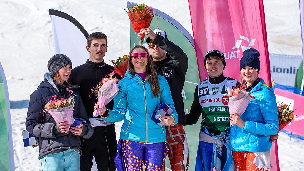 Najlepsi slalomiści podczas dekoracji kwiatowej.